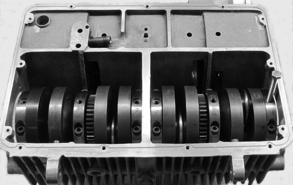 Kurbelwelle von unten im Motorgehäuse