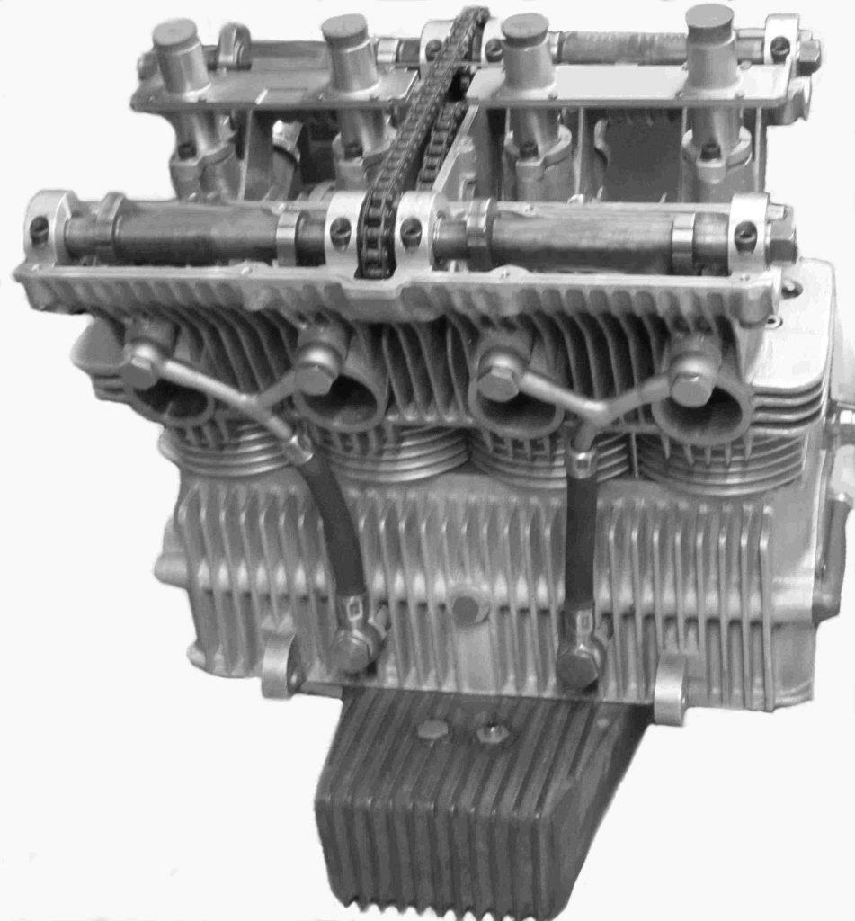 Motor von vorn mit Ölleitungen und Ölwanne (Fassungsvermögen 4,5 l)