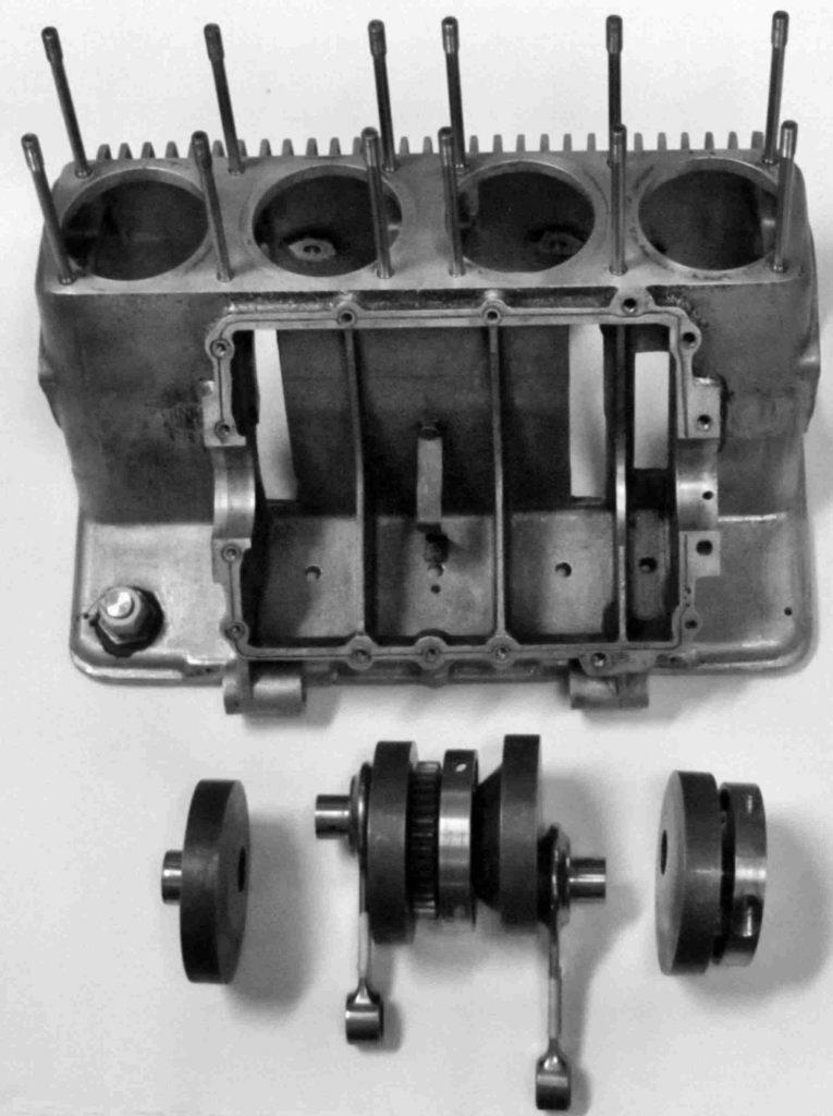 Motorgehäuse und eine der beiden separaten Kurbelwellen, mit je 1 Zahnrad in der Mitte als Verbindung zur Vorgelegewelle, 2 kreisrunde exzentrische Kurbelwangen für jeden Kurbelzapfen