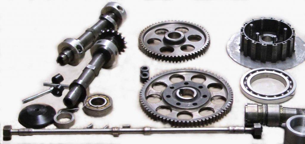 Sammelsurium von Motorinnereien: Nockenwelle 2-teilig ; Zugstange für Nockenwellen ; Zahnräder von Vorgelegewelle ; Kupplungsteile