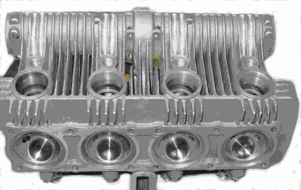 Zylinderkopf mit Auslassöffnungen